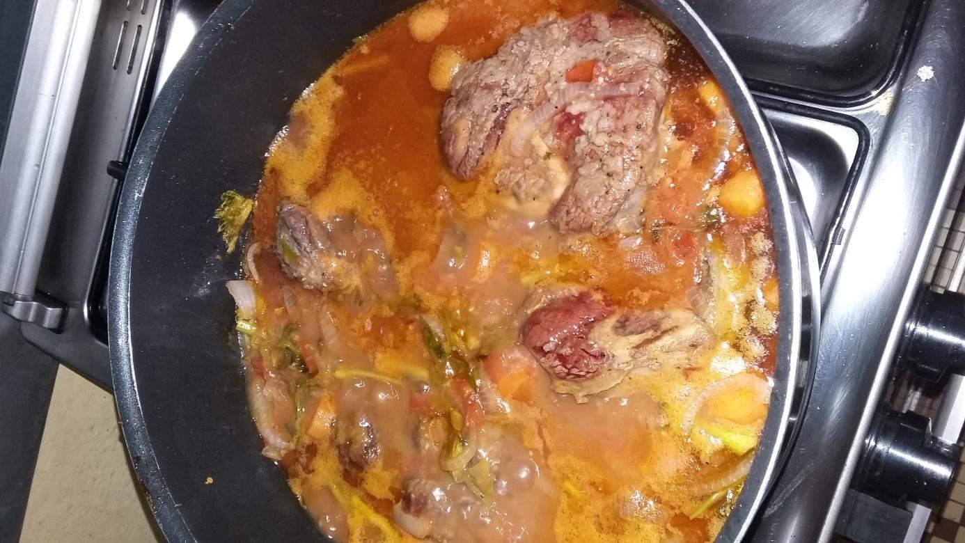 losso bucco : Sauce  mijote, goûter et rectifier l'assaisonnement