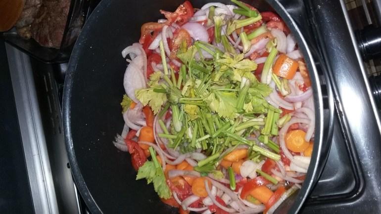 les-oignons-carottes-tomates-et-branches-de-celeri-pendant-5-minutes-à-feu-moyen