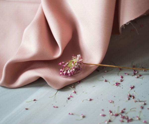 nachhaltiger Tencelstoff sanded puff rosa meet milk Meterware Lyocell 2 <h3>Komplettpaket DIY-Nähkit:</h3> <ul> <li>1,8 Meter Tencel Stoff in der Farbe Rosa</li> <li>0,5 Meter Bügeleinlage</li> <li>0,5 Meter 20mm Gummiband in der Farbe Weiß</li> <li>Papierschnittmuster für die Größen XS - XL</li> <li>E-Book mit ausführlicher Schritt-fürSchritt-Anleitung</li> <li>ausgedruckte Kurzanleitung</li> </ul> <strong>Bitte beachte: es handelt sich um kein fertiges Produkt!</strong>