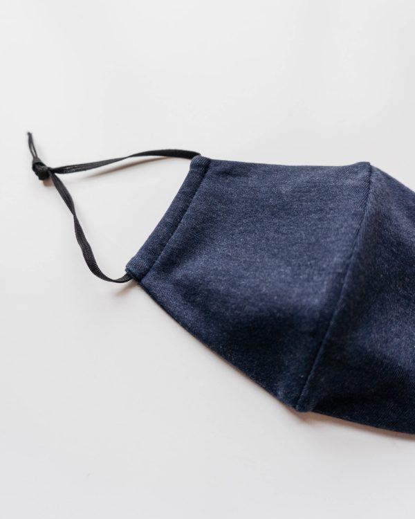 Dunkelblaue Baumwollmaske Maenner Frauen Kinder mit Nasenbuegel 3 scaled <ul> <li>Anliegende Mund-Nasen-Maske mit eingearbeitetem Nasenbügel</li> <li>bequeme Gummibänder</li> <li>95% Baumwolle, Oeko-Tex Klasse 1</li> <li>leicht elastisches Material</li> <li>made in Germany</li> </ul>