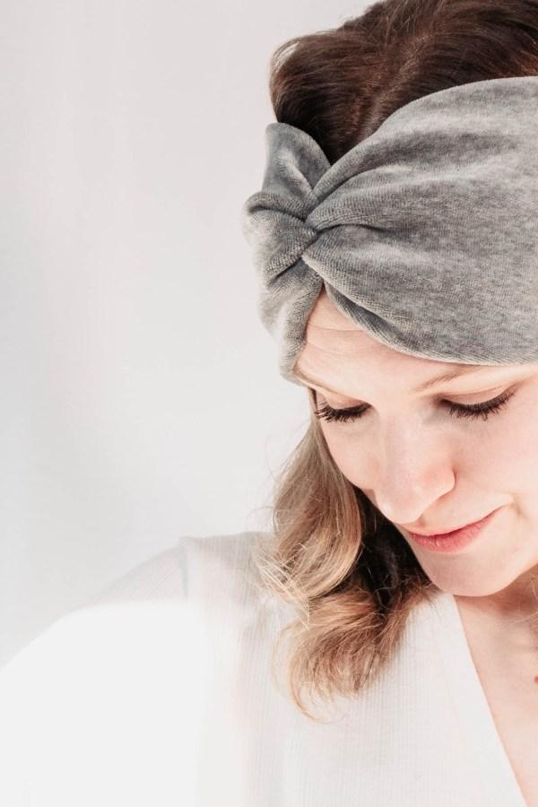 Nachhaltiges Stirnband RUFFLE Berry Biobaumwolle handgefertigt in Deutschland Nicki Hellgrau 3 <ul> <li>Handgefertigt in Deutschland</li> <li>100% Baumwolle (Bio)</li> <li>vegan</li> </ul>