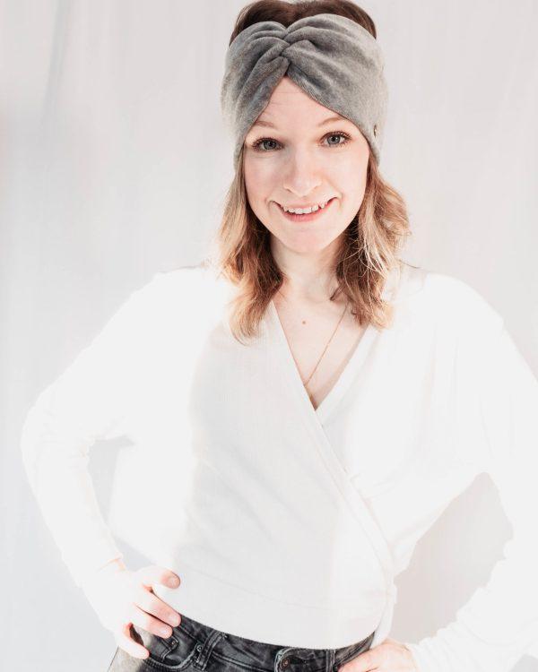 Nachhaltiges Stirnband RUFFLE Berry Biobaumwolle handgefertigt in Deutschland Nicki Hellgrau 5 scaled <ul> <li>Handgefertigt in Deutschland</li> <li>100% Baumwolle (Bio)</li> <li>vegan</li> </ul>