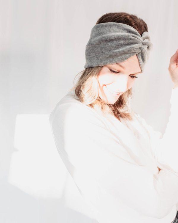 Nachhaltiges Stirnband RUFFLE Berry Biobaumwolle handgefertigt in Deutschland Nicki Hellgrau 6 scaled <ul> <li>Handgefertigt in Deutschland</li> <li>100% Baumwolle (Bio)</li> <li>vegan</li> </ul>
