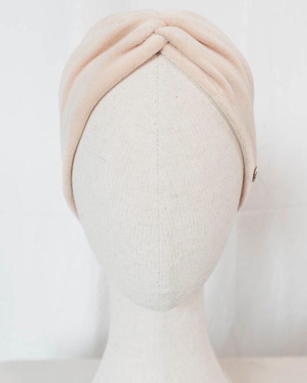Nachhaltiges Stirnband RUFFLE IVORY BEIGE Biobaumwolle handgefertigt in Deutschland Nicky Beige 7 1 scaled <ul> <li>Handgefertigt in Deutschland</li> <li>100% Baumwolle (Bio)</li> <li>vegan</li> </ul>