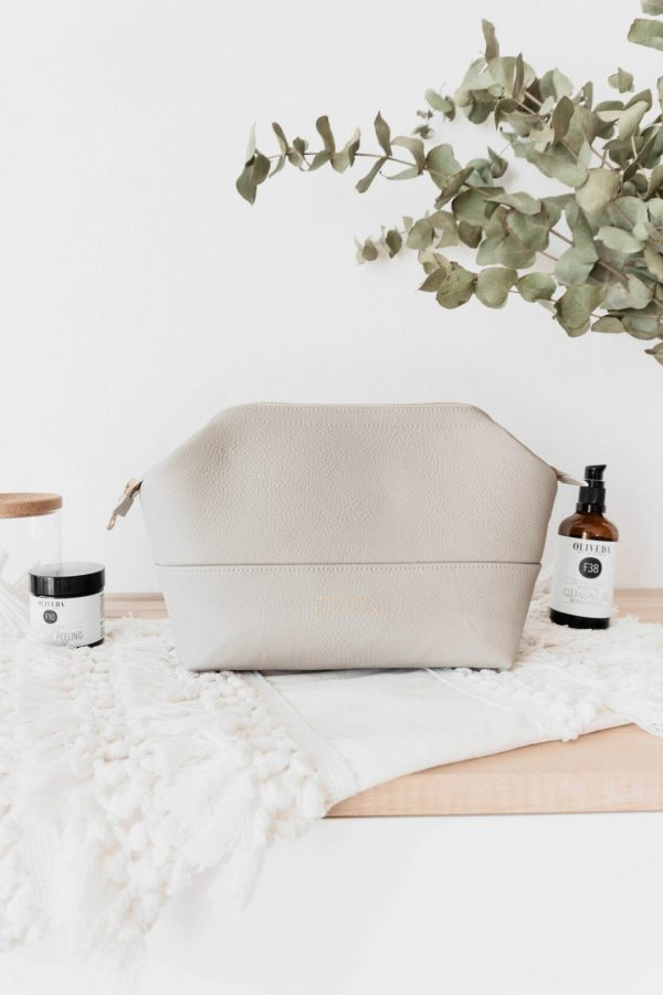 Fair hergestellte Kosmetiktasche aus veganem Leder in Beige