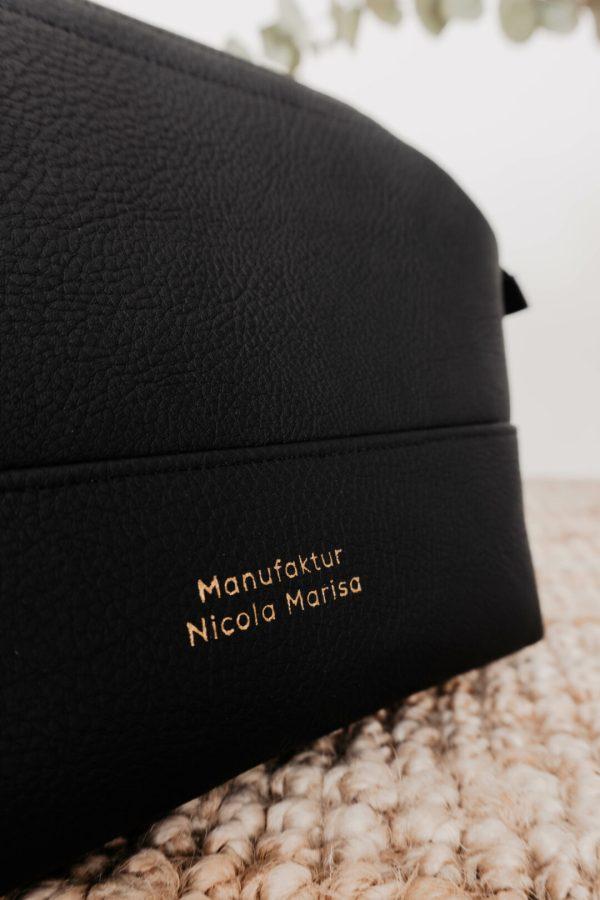 Detailansicht Logo Manufaktur Nicola Marisa in Gold