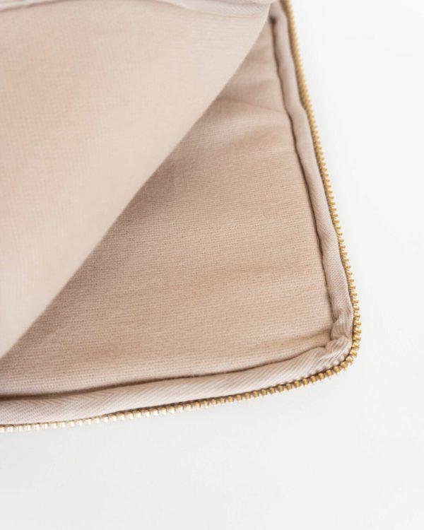 PURE-BEIGE-Accessory-bag-vegan-leather-Laptophülle-Manufaktur-Nicola-Marisa-(2)