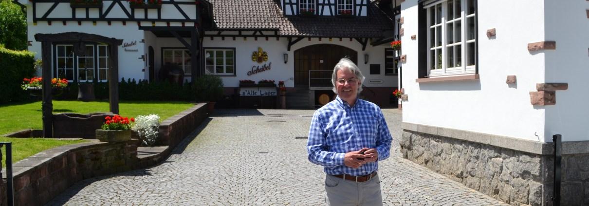 Manufakturen-Blog: Michael Scheibel von der Emil Scheibel Schwarzwald-Brennerei vor der Distille in Kappelrodeck (Foto: Wigmar Bressel)