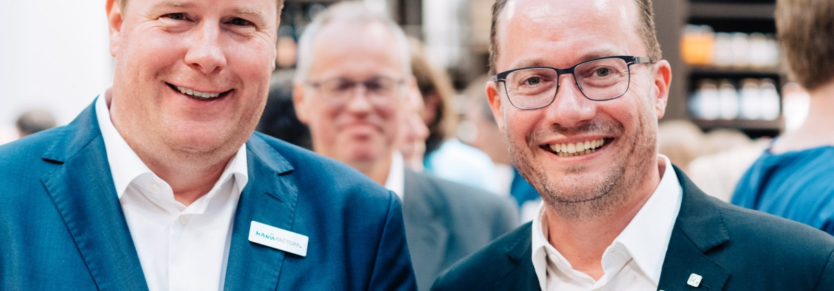 """Manufakturen-Blog: Dr. Christopher Heinemann (r.) und Michael Hohoff von Manufactum während der Eröffnung des """"Warenhauses"""" in Bremen (Foto: manufactum/Jonas Ginter für Wigmar Bressel)"""