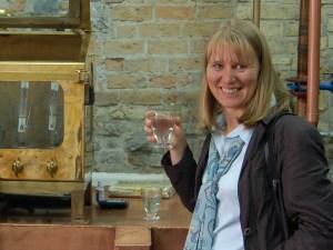 Manufakturen-Blog: Birgit Bornemeier im Tasting eines Rohbrandes (Foto: Reisekultouren)