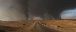 Manufakturen-Blog: Irak. Mossul Offensive. In der Nähe der Stadt Qayyara haben Angehörige des IS vor ihrem Abzug etliche Ölquellen in Brand gesetzt. (Foto: Martin Specht)