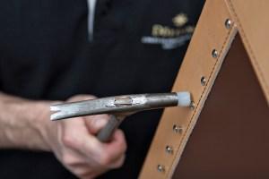 Manufakturen-Blog: In der Sattlerei werden die feinen Hüllen der Tresore gefertigt (Foto: Döttling)