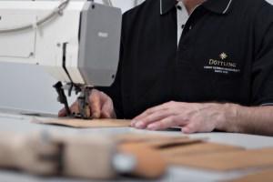 Manufakturen-Blog: Lederzuschnitt und das Vernähen für die Tresorhüllen (Foto: Döttling)