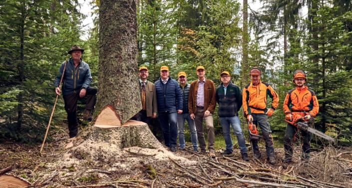 Manufakturen-Blog: Thomas Koy (5. v. l.) von der Holzmanufaktur Liebich beim Einschlag im Bayerischen Wald (Foto: HOLZ.LIEB.ICH)