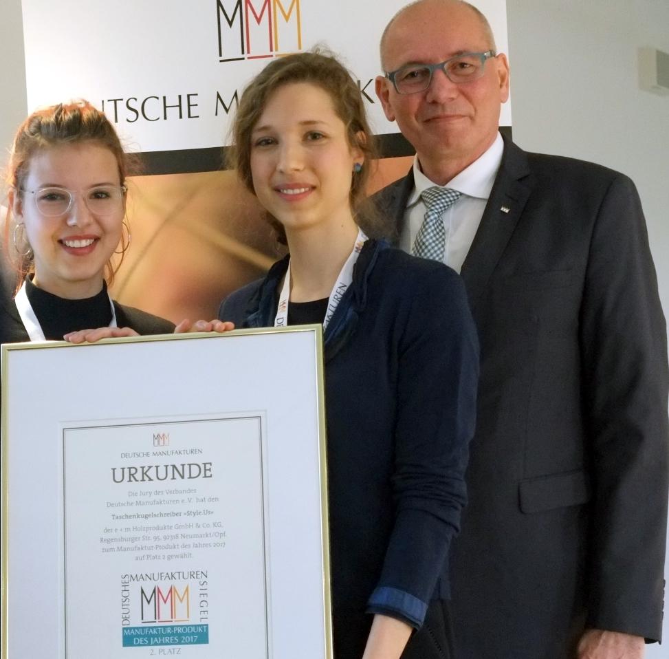 Manufakturen-Blog: Dorothee und Leonie Mümmler nehmen von Hartmut Gehring auf dem 9. Zukunftsforum Deutsche Mnaufakturen die Urkunde für Style.us entgegen (Foto: Deutsche Manufakturen e. V. / Martin Specht)