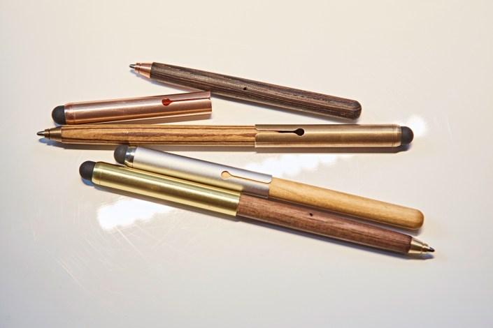Manufakturen-Blog: Kugelschreiber 'Style.us' von e+m Holzprodukte in den vier Holzausführungen Wenge, Zebrano, Wildkirsche und Walnuss (Foto: Deutsche Manufakturen e. V. / Marcus Meyer)
