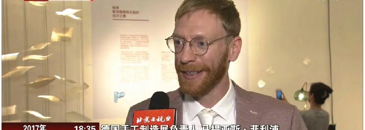 Manufakturen-Blog: Matthias Philipp von der 'Handmade-Worldtour' erklärt dem chinesischen Fernsehen deutsche Manufakturen (Foto: Direktorenhaus)