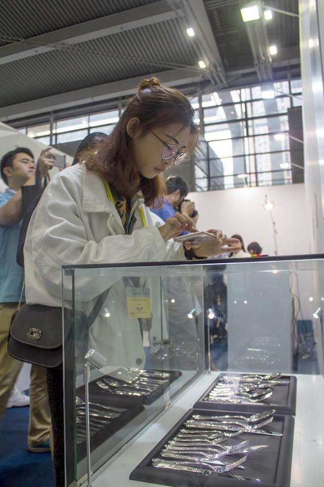 Manufakturen-Blog: 'Handmade Worldtour' in Peking 2016 - Besucher an der Vitrine mit Besteck von Koch & Bergfeld (Foto: Direktorenhaus)