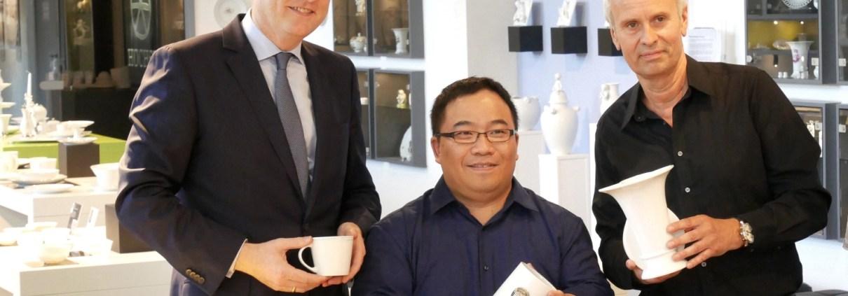 Manufakturen-Blog: Yung Wen Evan Chung (M.) mit dem Frankfurter Wirtschaftsdezernenten Markus Frank (l.) und dem Künstlerischen Leiter der Höchster Porzellanmanufaktur Mario Effenberger (Foto: Höchster Porzellanmanufaktur)