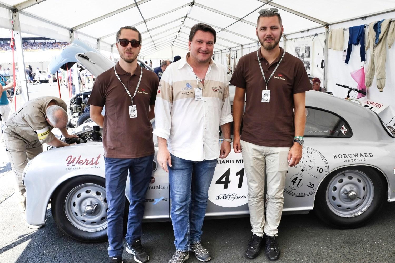 Manufakturen-Blog: Jürgen Betz (M.) mit dem Borgward Zeitmanufaktur Rennteam in Le Mans (Foto: Borgward Zeitmanufaktur)