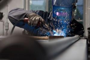 Manufakturen-Blog: ...und hier das Original: Beim Schweißen in der Produktion des Tresorbauers Döttling (Foto: Döttling)