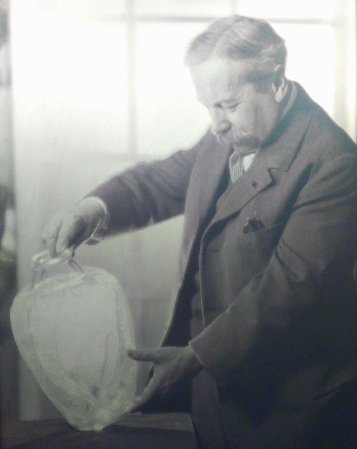 Manufakturen-Blog: René Lalique auf einem Foto um das Jahr 1925 herum im Werksmuseum in Wingen-sur-Moder (Repro: Wigmar Bressel)