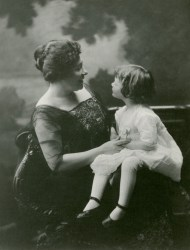 Clare McCullough Thorne with her daughter Victoria, Bridgeport, CT, about 1918. Photographed by Harriet V. S. Thorne, CHS collection, gift of the Rosalie Thorne McKenna Foundation.