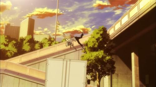 歩道橋から飛び降りる阿形勝平