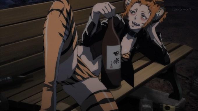 ベンチで酒を飲む妬良