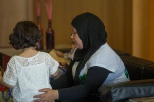 Η Τάλα στην αγκαλιά της μητέρας της.