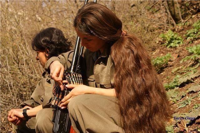 Αυτές εδώ οι γυναίκες βαστάνε στα χέρια τους όχι μόνο την γυναικεία, αλλά την ανθρώπινη αξιοπρέπεια.