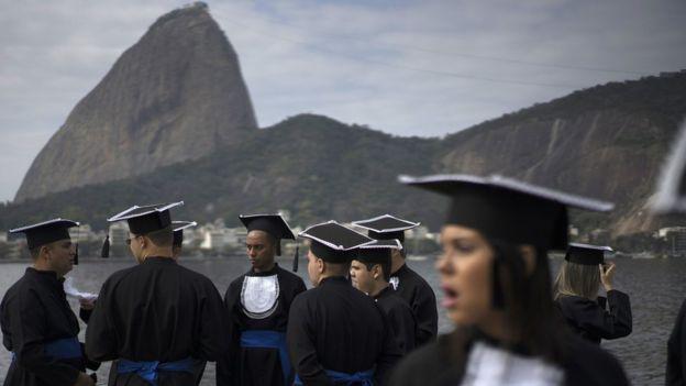 Os gastos públicos para cada estudante do terceiro grau no Brasil somam US$ 13,5 mil por ano (cerca de R$ 45 mil)