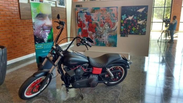 Motociclista de artista também foi exposta no prédio do Tribunal de Justiça (Foto: Carlos Gomes/TV Anhanguera)