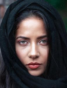 moça com olhar poderoso, envolta em um lenço