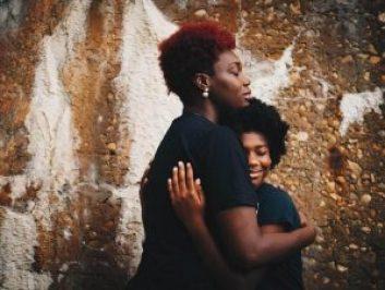 mãe e filha se abraçam com carinho em imagem para ilustrar matéria de homenagem para mãe
