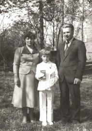 I Komunia św. Grzegorza Karapudy, 1982 rok (na zdjęciu z rodzicami mamą Longiną i tatą Piotrem).