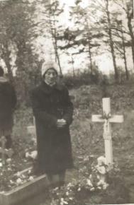 Marta Bilińska na cmentarzu parafialnym, Łeba 1954 r.