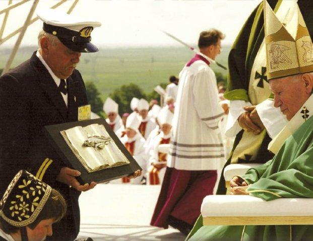Czesław Kołodziej - wręcza złotego pomuchla papieżowi JP2