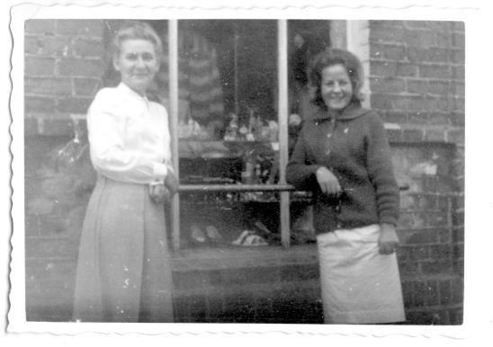 Górska Irena - Mama z córką przed sklepem
