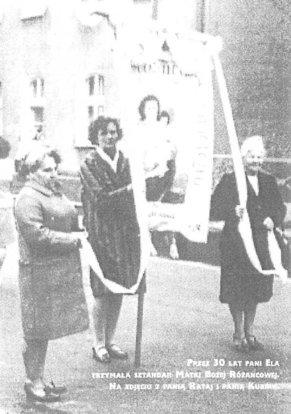 Pani Ela trzymająca sztandar Matki Bożej Różańcowej. Na zdjęciu od lewej Pani Rataj, Pani Karziewicz i Pani Kurowska.