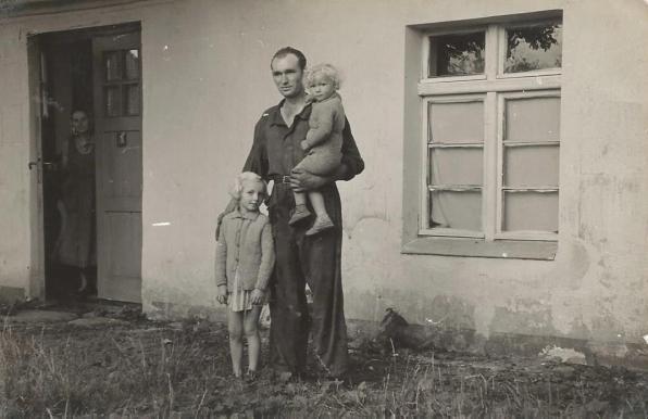 Łeba, ul. Kościuszki, Smaruj Wiesław z dziećmi , w drzwiach – Marianna Smaruj.