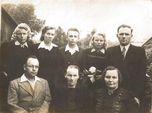 W rzędzie na dole w środku Konstancja Miłosz (matka) z dziećmi: Anną (z prawej) i Antonim (z lewej). Stoją (od lewej) : Klotylda, Jadwiga, wnuk Jan, Monika i Robert.