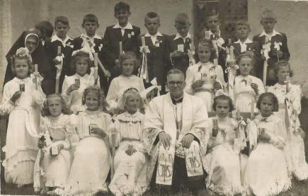 1955 rok, I Komunia św. Aliny Świderskiej, ks. Napierała.