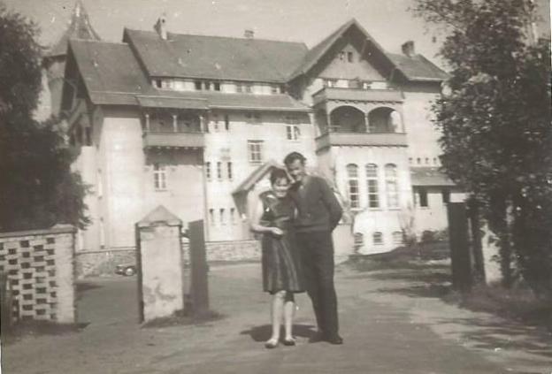 Krystyna i Ryszard Specjalscy przed hotelem Neptun.