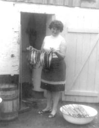 Motycka Gertruda - praca przy wędzeniu ryb.
