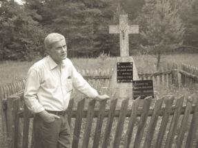 Ryszard Sokólski przy krzyżu postawionym przez ojca w miejscu rodzinnego domu. Mierestki 2011 r.