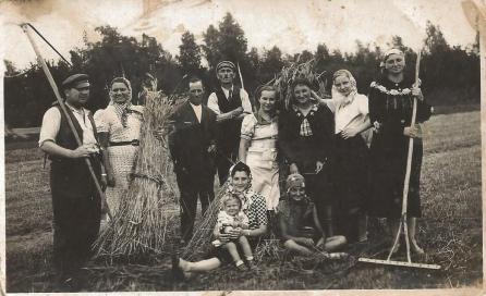 Stanisław Ratajczak w pracy u Bauera (pierwszy z lewej, z kosą)