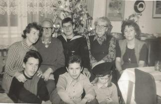Państwo Gałązka z córką Teresą, synową Janiną i wnukami