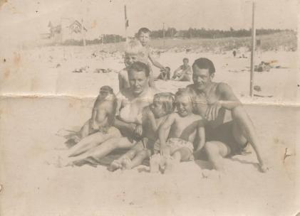 Rodzina Jabłkowskich na plaży w Łebie, 1953 rok.