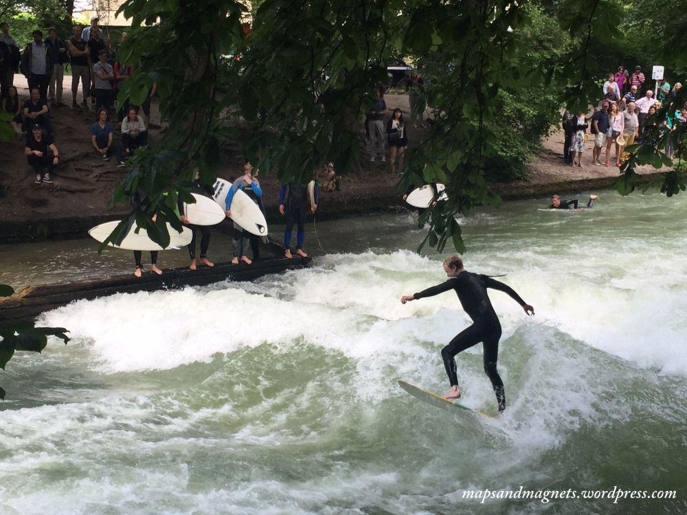 Offbeat Munich: Ice surfers at the English Garden